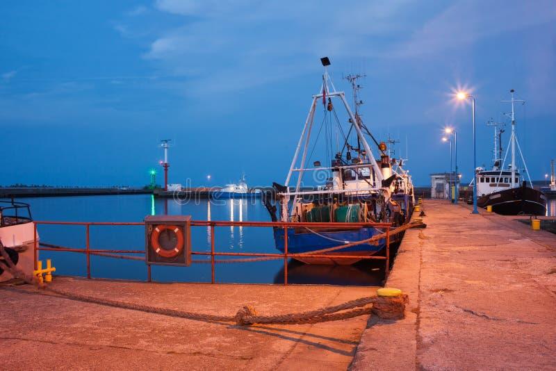 Barcos de pesca en el puerto de Wladyslawowo en la oscuridad fotos de archivo