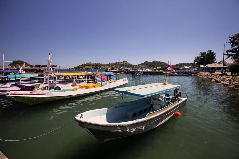 Barcos de pesca en el puerto, Labuan Bayo, Indonesia foto de archivo libre de regalías