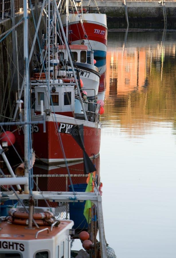 Barcos de pesca en el puerto de Padstow fotos de archivo libres de regalías