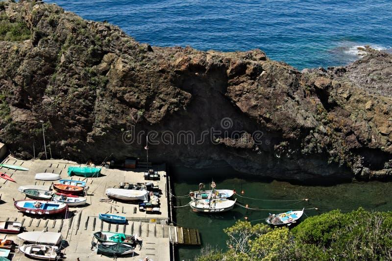 Barcos de pesca en el puerto Visi?n desde arriba En el pueblo de imágenes de archivo libres de regalías