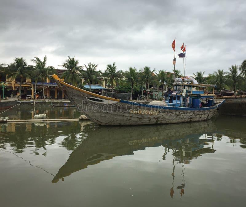 Barcos de pesca en el río de Hoai en Hoi An, Vietnam foto de archivo libre de regalías