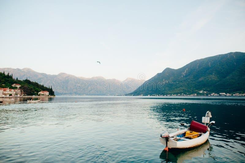 Barcos de pesca en la bahía de Kotor en Montenegro foto de archivo libre de regalías
