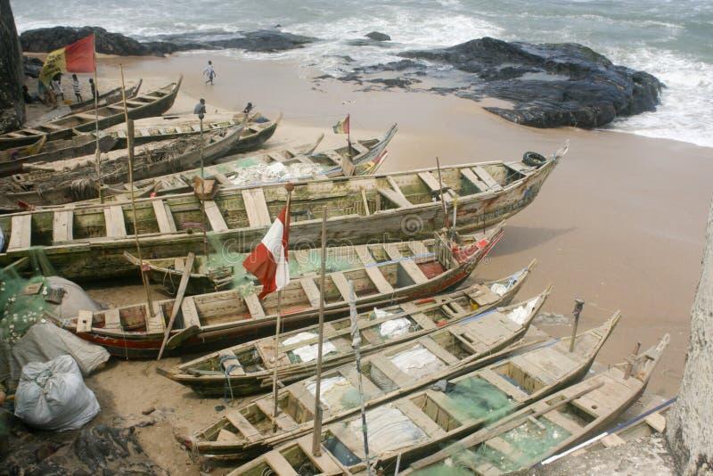 Barcos de pesca en la costa de Ghana fotografía de archivo