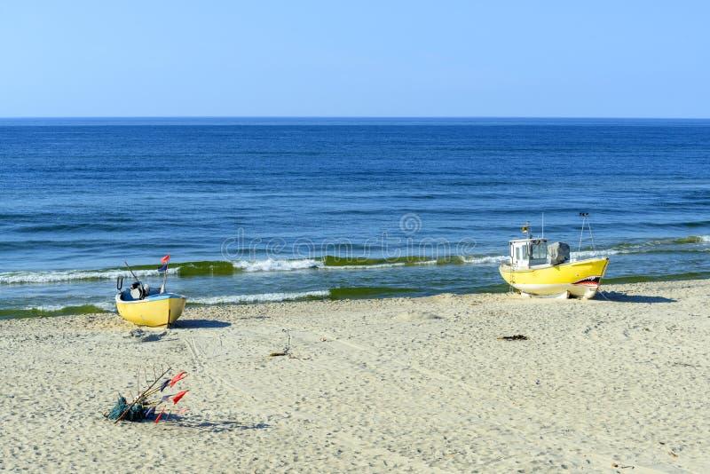 Barcos de pesca en la playa báltica imagenes de archivo