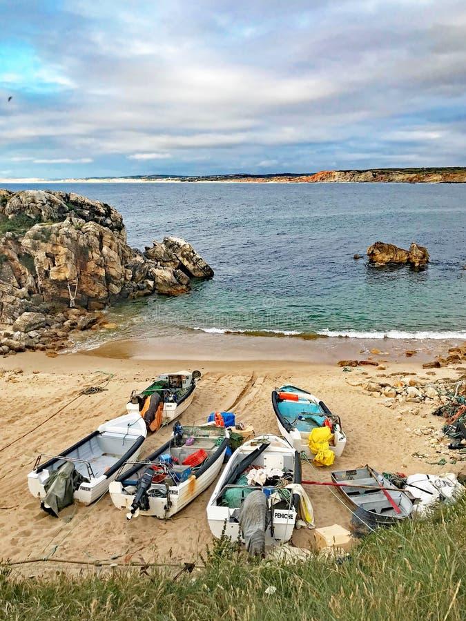 Barcos de pesca en la playa de Baleal, Portugal imagen de archivo