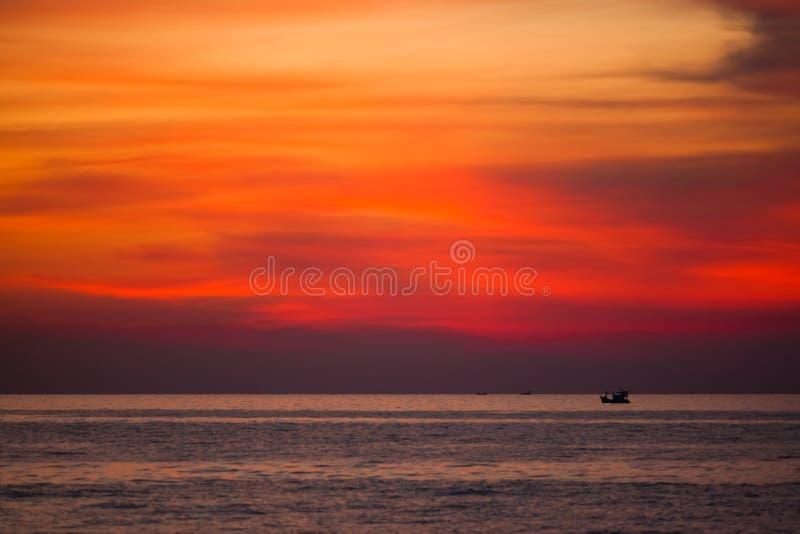Barcos de pesca en la puesta del sol en la isla de Phu Quoc imagen de archivo