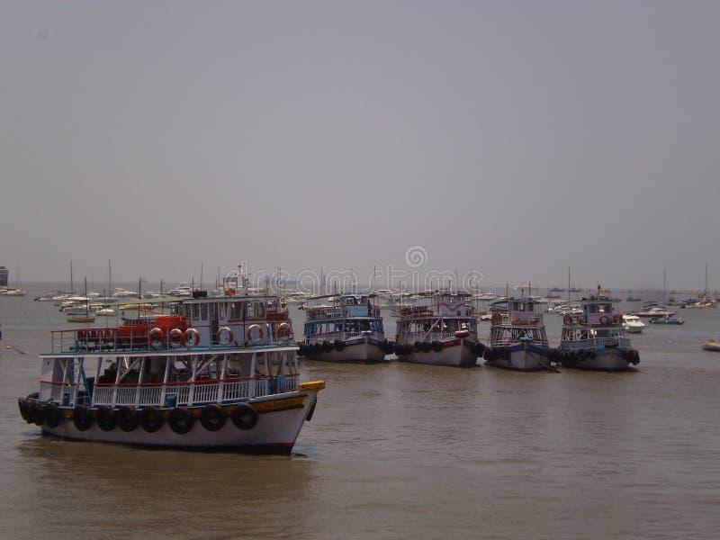 Barcos de pesca en las orillas de Bombay imagenes de archivo