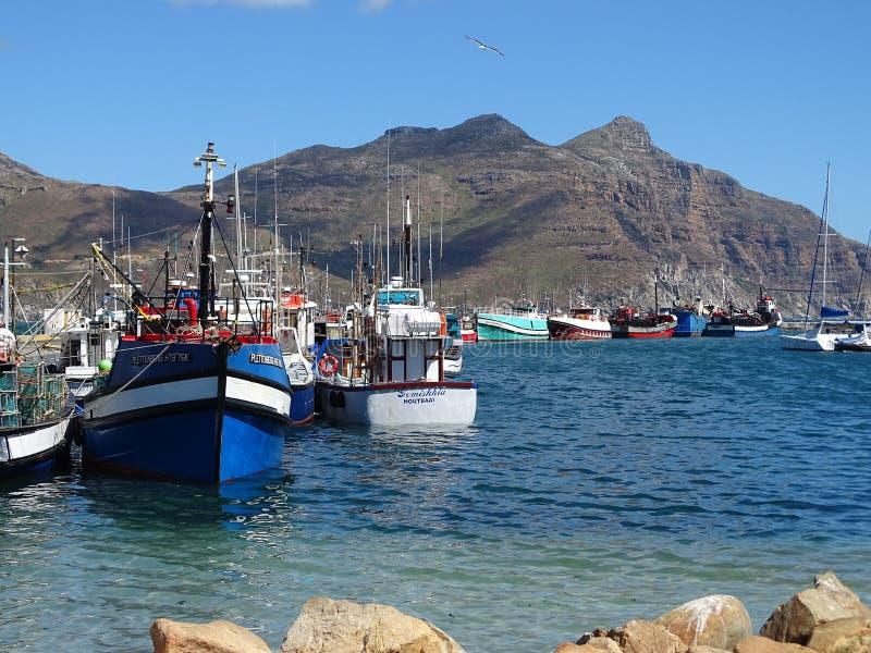 Barcos de pesca en puerto foto de archivo