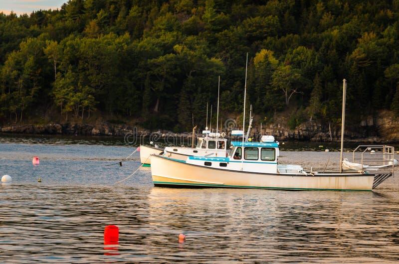 Barcos de pesca en puerto de la barra en la puesta del sol imagen de archivo libre de regalías