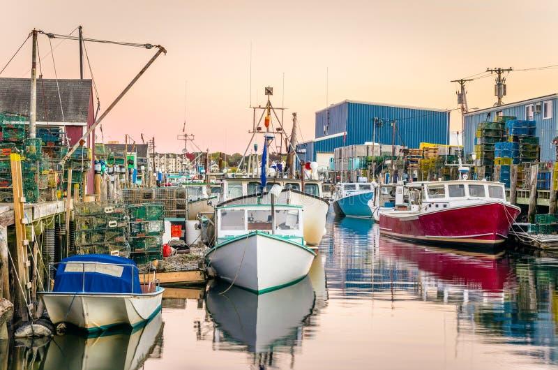 Barcos de pesca en puerto en la puesta del sol foto de archivo libre de regalías