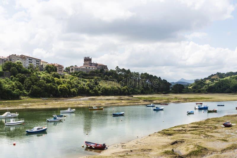 Barcos de pesca en San Vicente de la Barquera, España fotos de archivo libres de regalías
