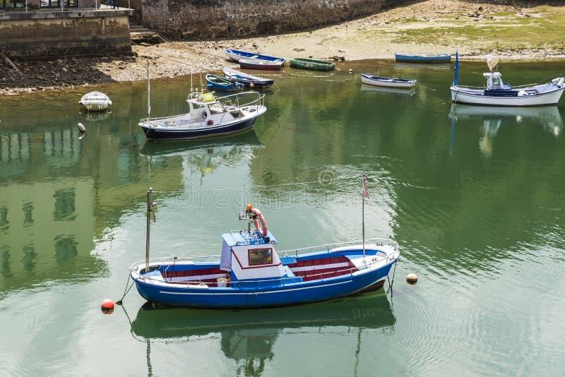 Barcos de pesca en San Vicente de la Barquera, España fotografía de archivo