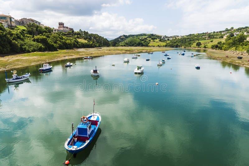 Barcos de pesca en San Vicente de la Barquera, España foto de archivo