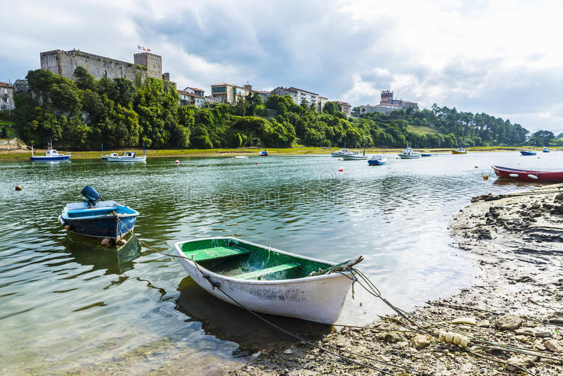 Barcos de pesca en San Vicente de la Barquera, España imagen de archivo libre de regalías