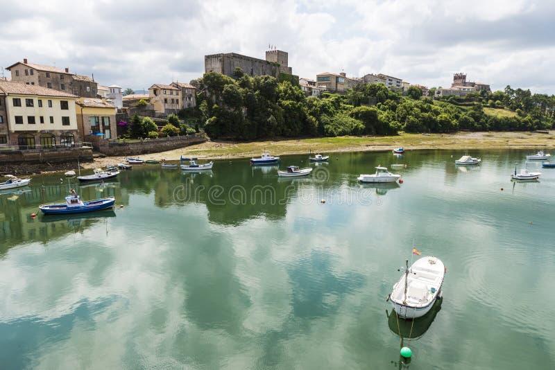 Barcos de pesca en San Vicente de la Barquera, España imagen de archivo