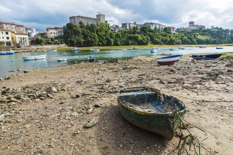Barcos de pesca en San Vicente de la Barquera, España imagenes de archivo