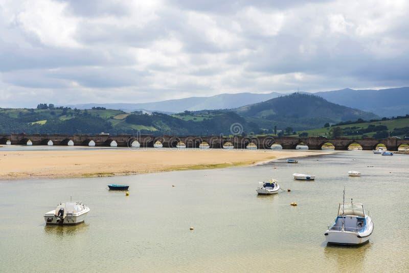 Barcos de pesca en San Vicente de la Barquera, España fotografía de archivo libre de regalías