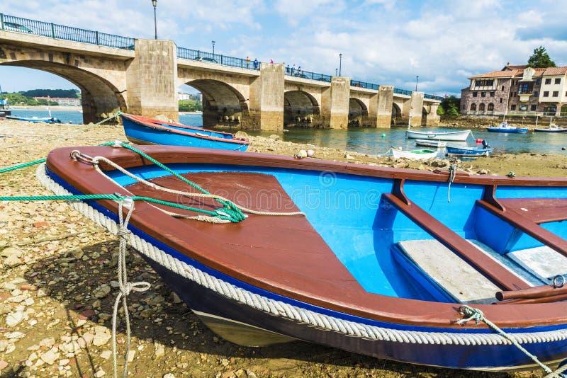 Barcos de pesca en San Vicente de la Barquera, España imágenes de archivo libres de regalías