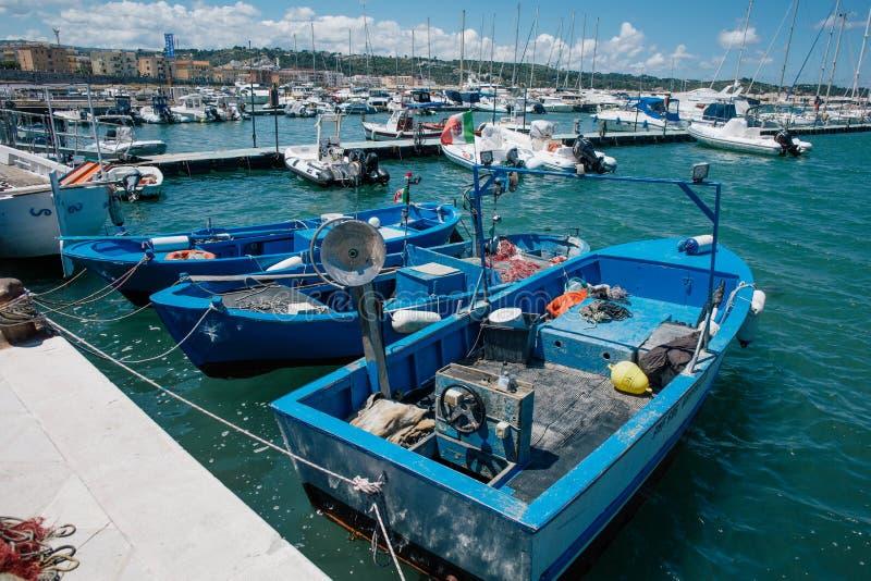 Barcos de pesca en Vieste Apulia Italia imágenes de archivo libres de regalías