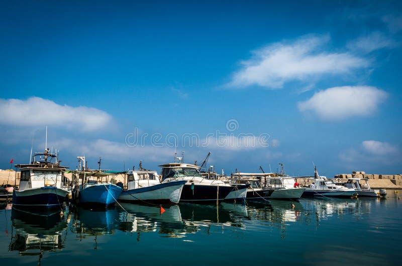 Barcos de pesca escorados no porto foto de stock