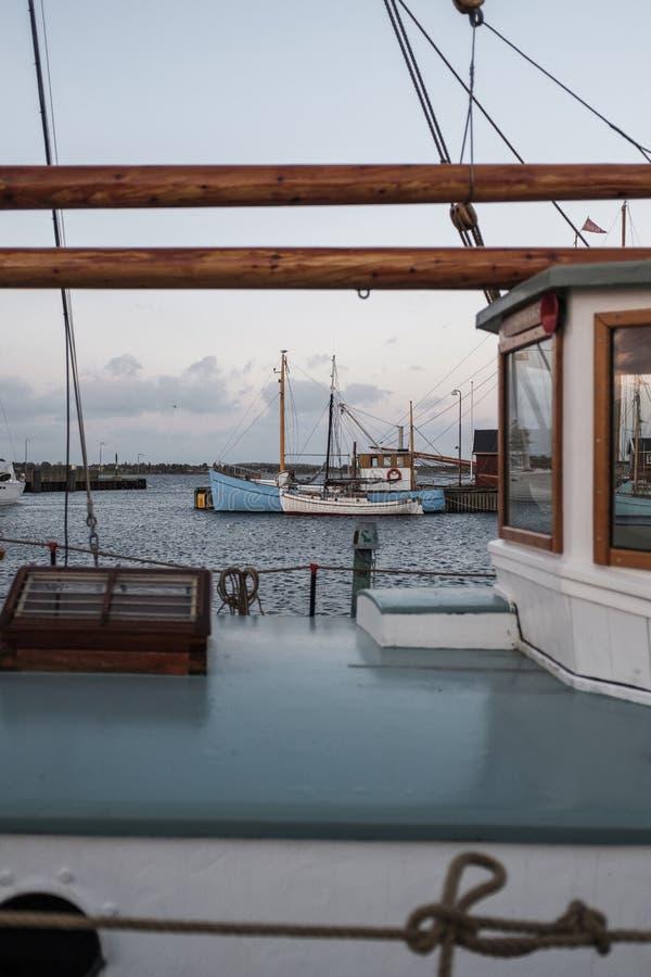 Barcos de pesca estacionados na doca fotografia de stock