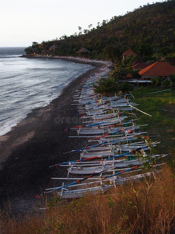 Barcos de pesca estacionados na praia, Amed, Bali fotografia de stock