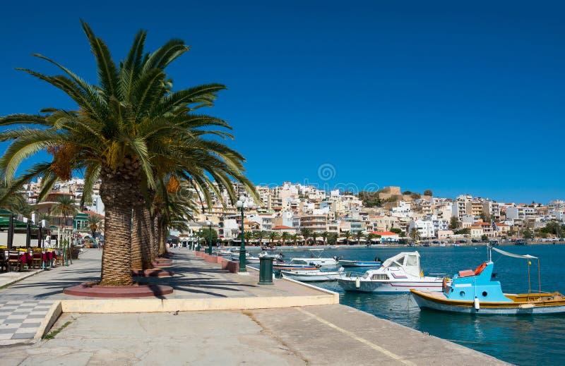 Barcos de pesca gregos em Sitia. imagens de stock royalty free