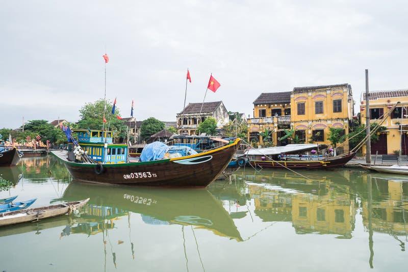 Barcos de pesca icônicos em Thu Bon River em Hoi An, Vietname fotografia de stock royalty free