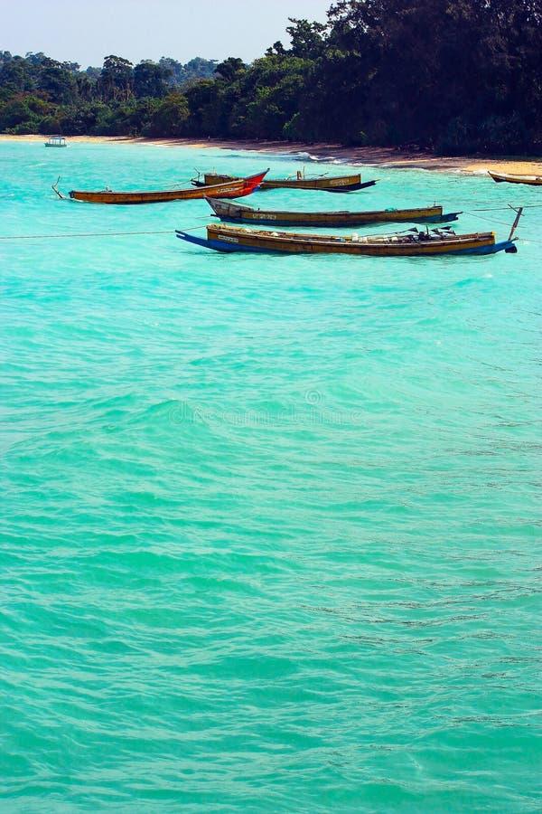 Barcos de pesca indios atracados cerca de la costa imagen de archivo