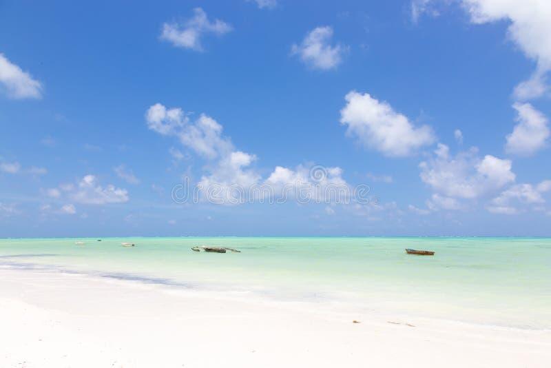 Barcos de pesca de madeira tradicionais no Sandy Beach branco perfeito da imagem com o mar do azul de turquesa, Paje, Zanzibar, T foto de stock royalty free