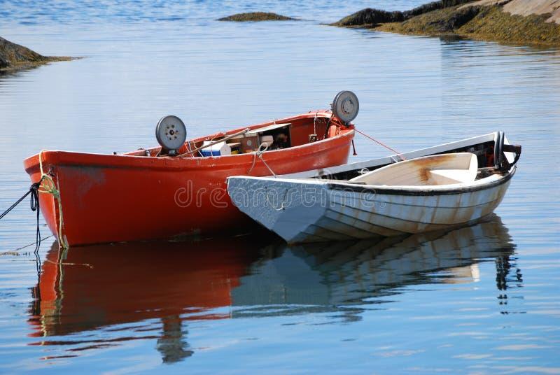 Barcos de pesca na água imagem de stock royalty free