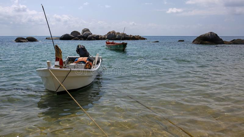 Barcos de pesca na água de cristal da ilha de Koh Tao, Tailândia imagem de stock royalty free