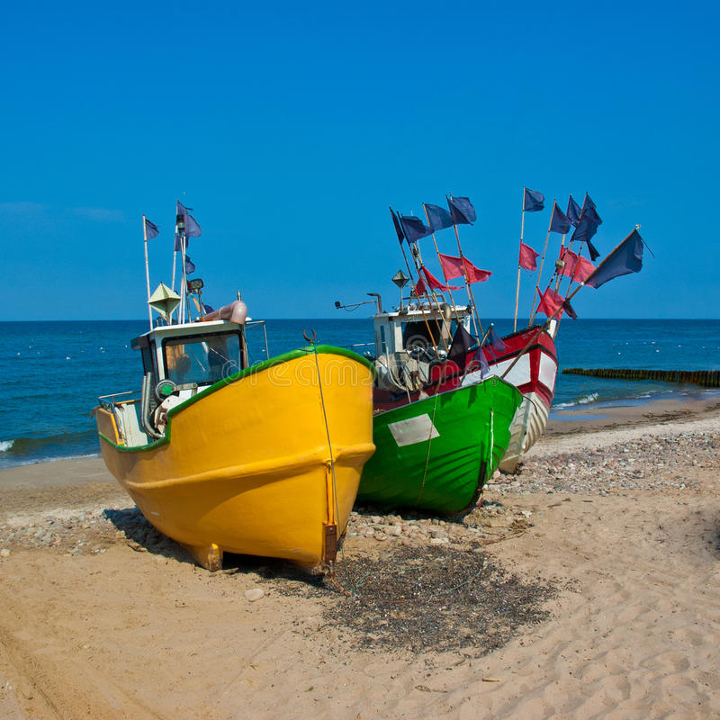 Barcos de pesca na costa fotos de stock royalty free