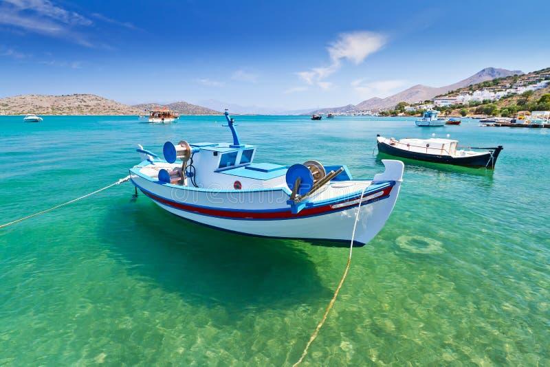 Barcos de pesca na costa de Crete imagem de stock