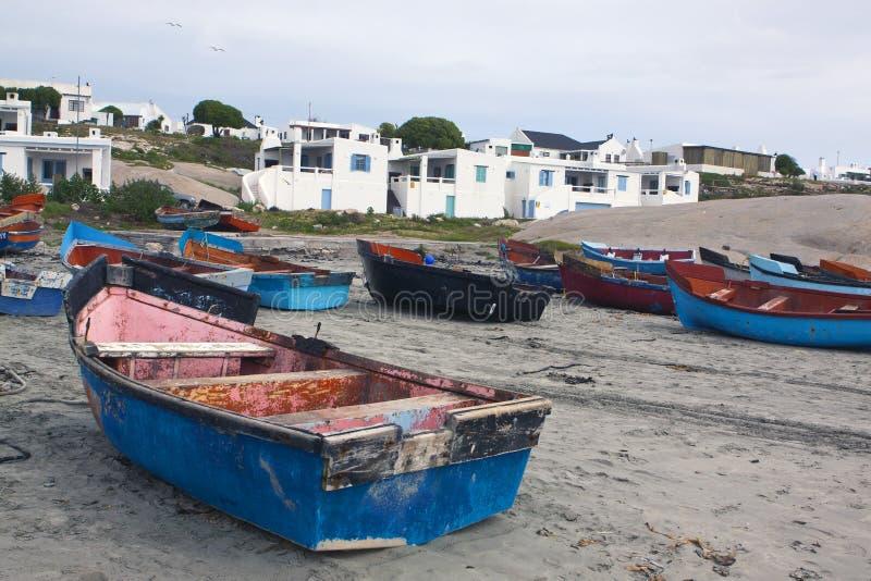 Barcos de pesca na praia foto de stock