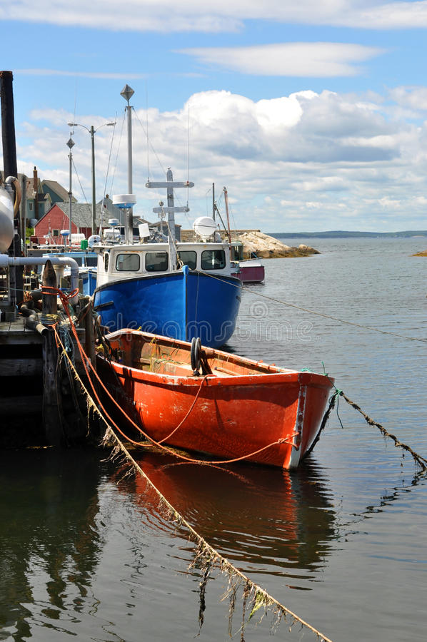 Barcos de pesca no cais fotos de stock