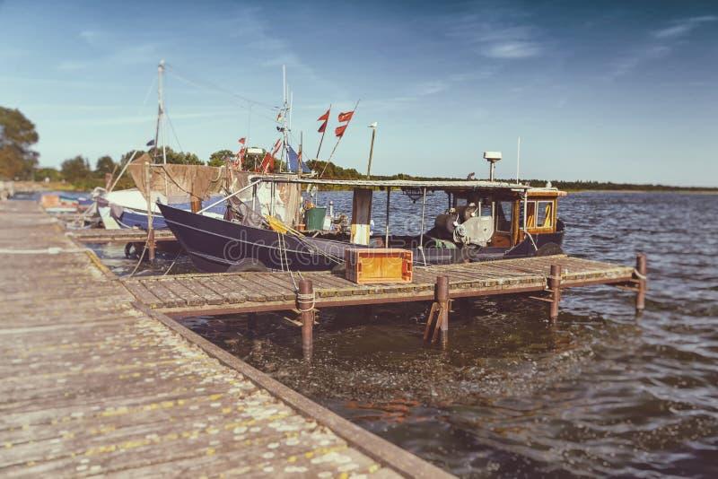 Barcos de pesca no cais - olhar retro fotos de stock royalty free