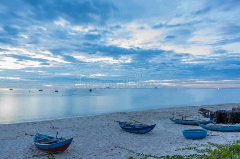 Barcos de pesca no litoral imagem de stock royalty free