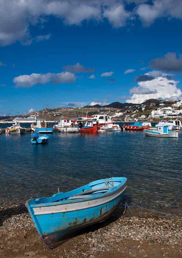 Barcos de pesca no louro de Chora Mykonos foto de stock royalty free