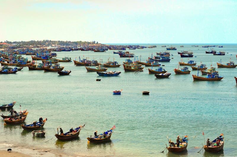 Barcos de pesca no mar fotos de stock