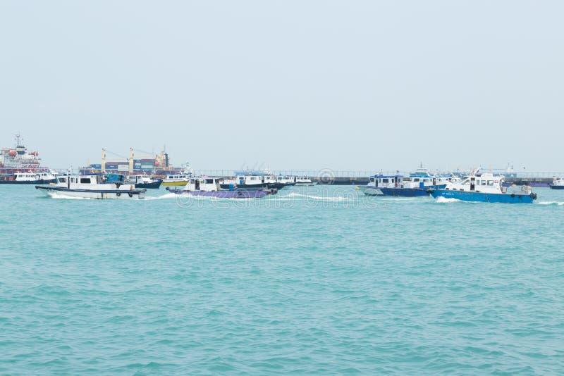 Barcos de pesca no mar foto de stock