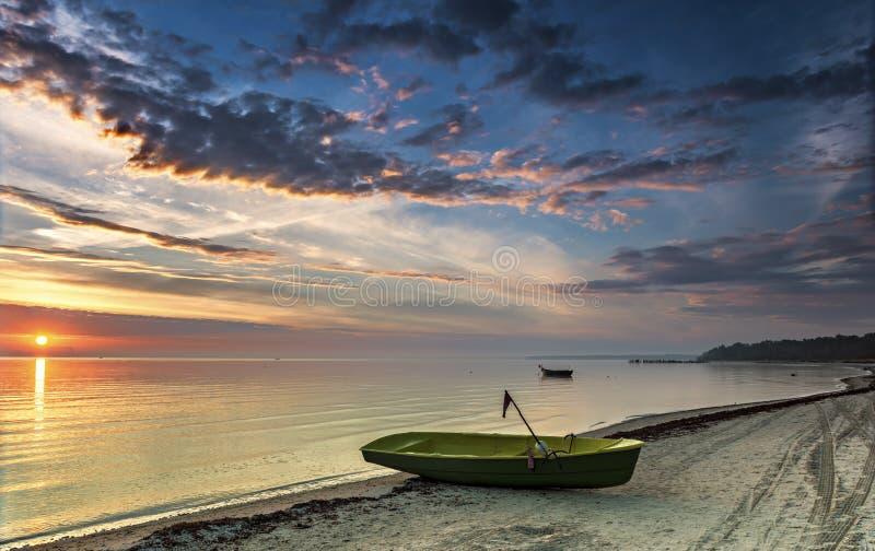 Barcos de pesca no nascer do sol, Letónia fotos de stock royalty free