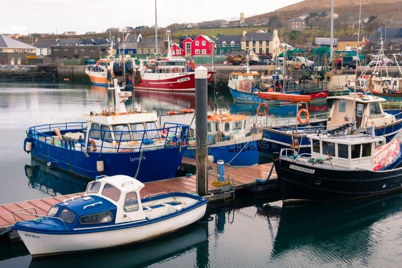 Barcos de pesca no porto dingle ireland fotos de stock