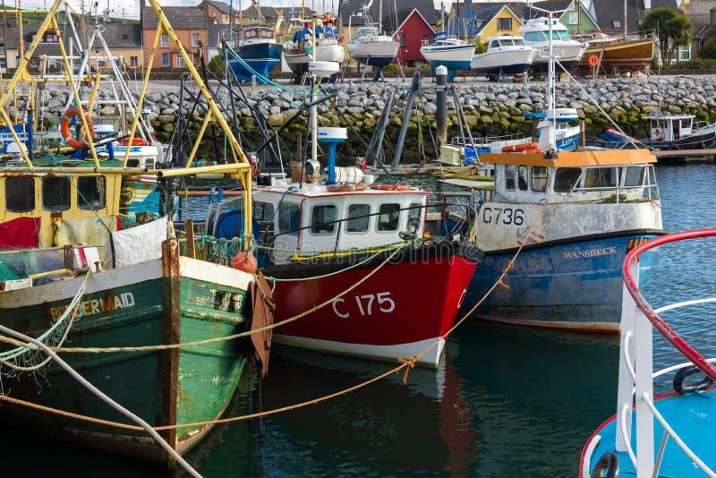 Barcos de pesca no porto dingle ireland foto de stock