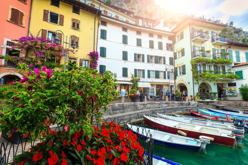 Barcos de pesca no porto do sul Garda de Limone, Lombardy, Itália imagens de stock royalty free