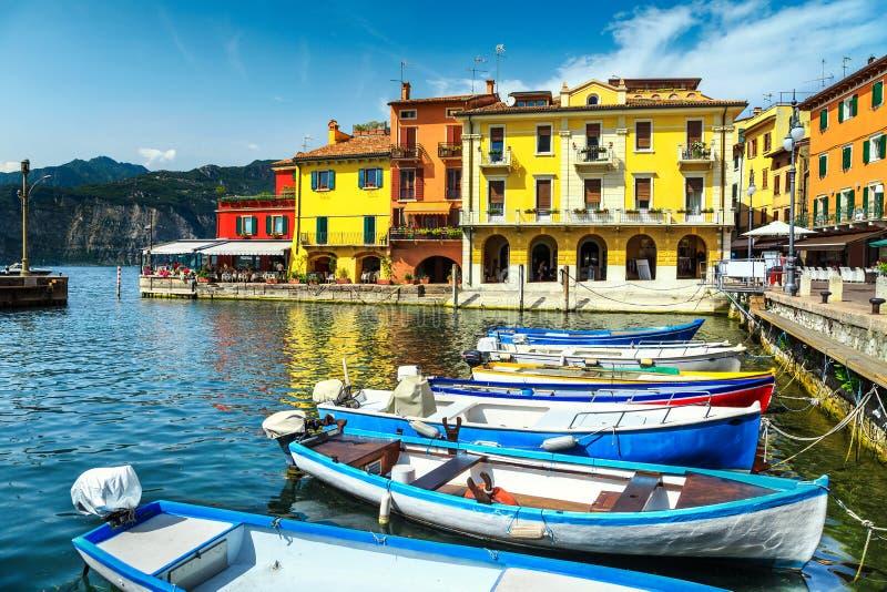Barcos de pesca no porto de Malcesine, região de Vêneto, Itália, Europa foto de stock