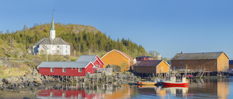 Barcos de pesca no porto no sol da meia-noite em Noruega do norte, Lofo imagens de stock royalty free