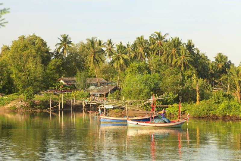 Barcos de pesca no rio imagens de stock