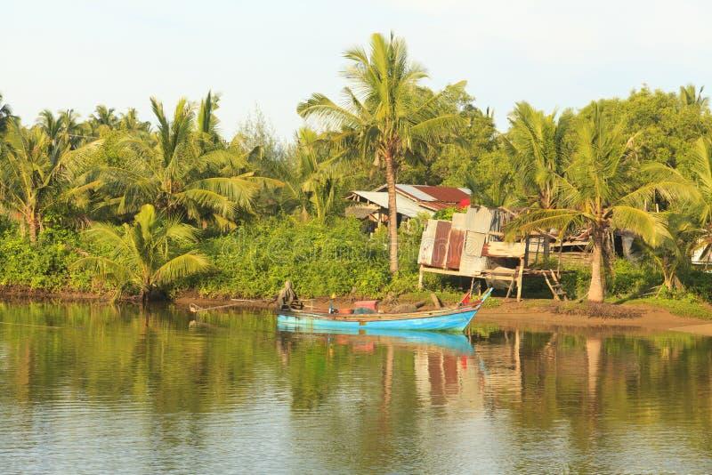 Barcos de pesca no rio foto de stock royalty free