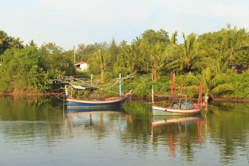 Barcos de pesca no rio fotografia de stock royalty free